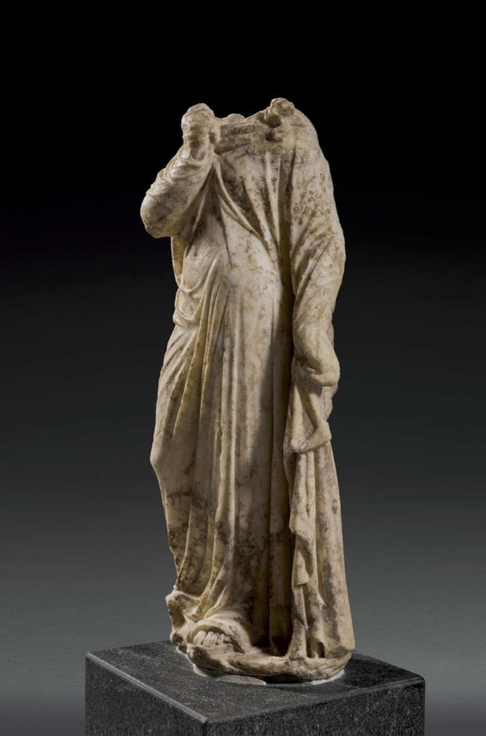 <h2>Statue romaine d'une muse en marbre</h2>